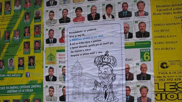 V Chodově se objevily kreslené karikatury. Anonymním letákem někdo přelepil předvolební plakát HNHRM.
