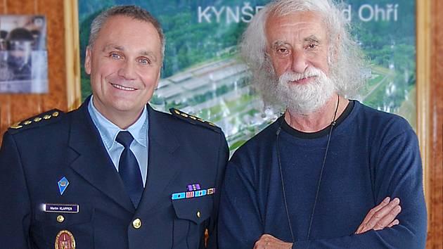 Fotograf Jindřich Štreit s ředitelem věznice.