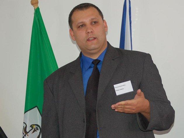 Pracovním poradcem sokolovské pobočky organizace Člověk v tísni je Štefan Gabčo