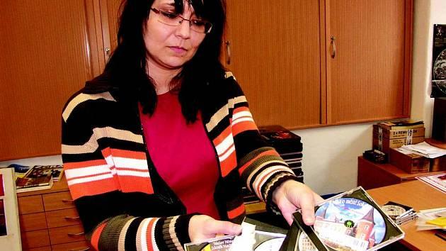 Ředitelka knihovny Daniela Drobečková ukazuje CD pro nevidomé
