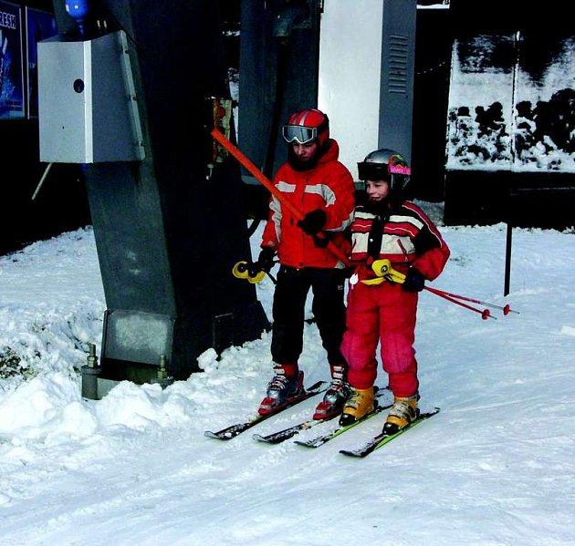 Základní školy se už na lyžařské výcviky chystají. Některé vyjedou i v případě, že nenapadne sníh