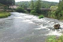 U SPLAVU. Plánovaná výstavba rybího přechodu začne v nejbližších dnech v zadní části splavu na řece Ohři v Lokti.