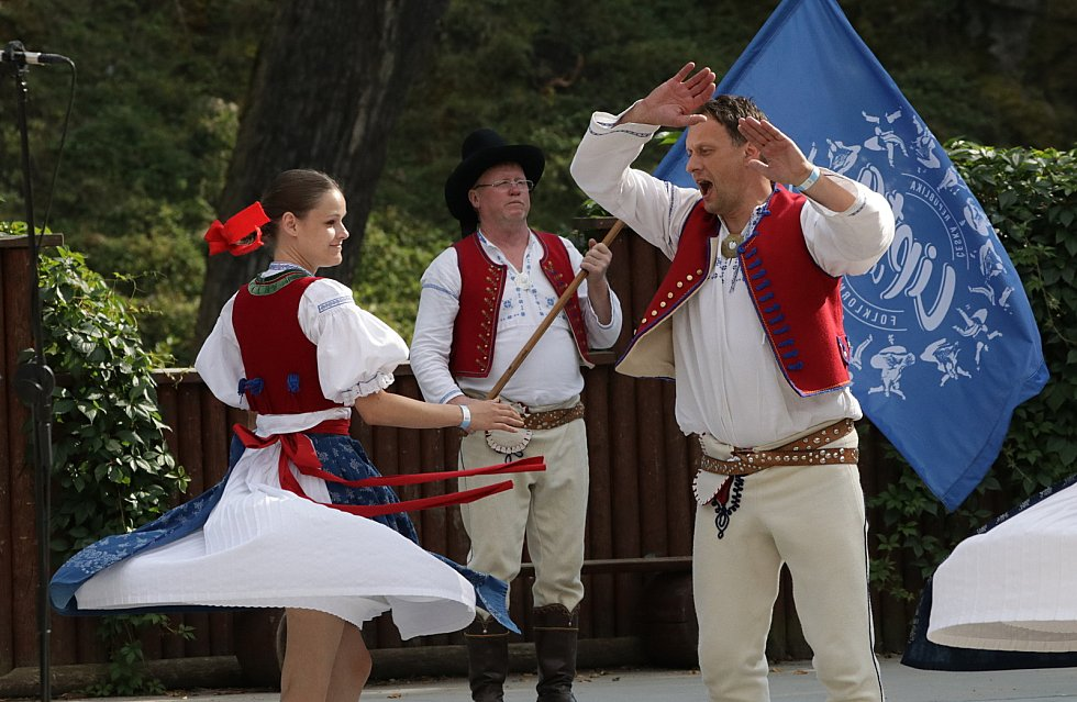 Karlovarský folklorní festival se loučil v amfiteátru pod hradem Loket
