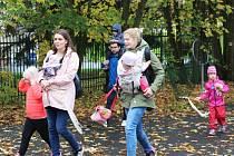 Mezinárodní týden nošení dětí podpořilo v Sokolově průvodem na 40 maminek i tatínků.