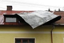 Poničená střecha.