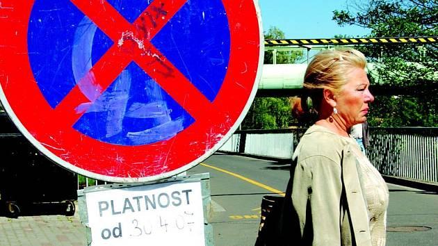 Motoristé ode dneška používají most pro pěší v Sokolově