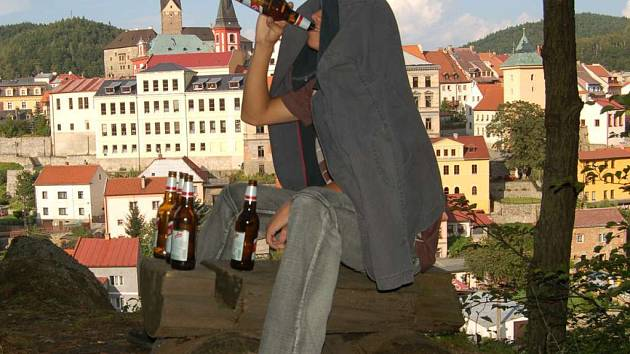 Děti v Lokti z nudy pijí alkohol.