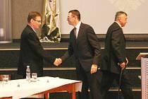 PATRIK PIZINGER gratuluje novému místostarostovi Luďku Soukupovi, v pozadí odcházející Josef Hora.