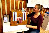 Nejstarší urnu v republice mají v horské Přebuzi s pětašedesáti voliči. Těsně před otevřením volební místnosti ji leští Iveta Vasilková, která je v nejmenším městečku místopředsedkyní volební komise.