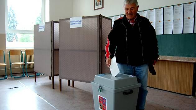 Prvním voličem v jednom z kraslických okrsků byl Josef Hejhal.