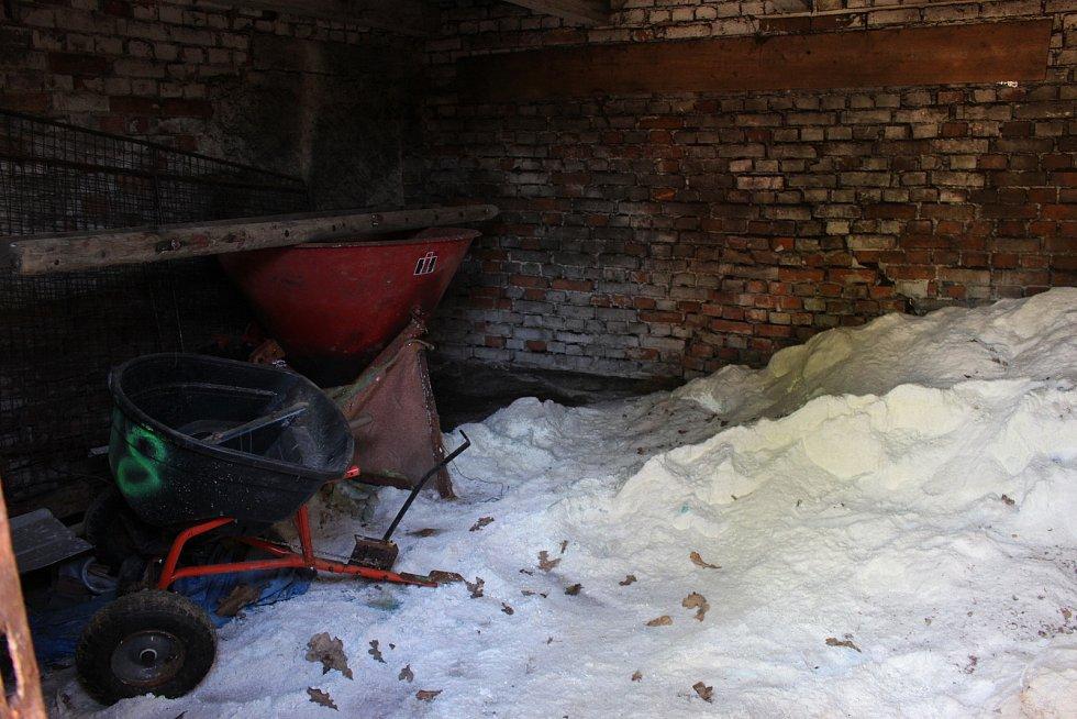 V objektu u zvoničky se skladuje posypová sůl.