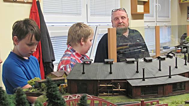 Model klub Sokolov. Jeho členy se mohou stát děti zhruba od 6 let. S jejich počtem je předseda Zdeněk Kropáček (vpravo) letos spokojen.