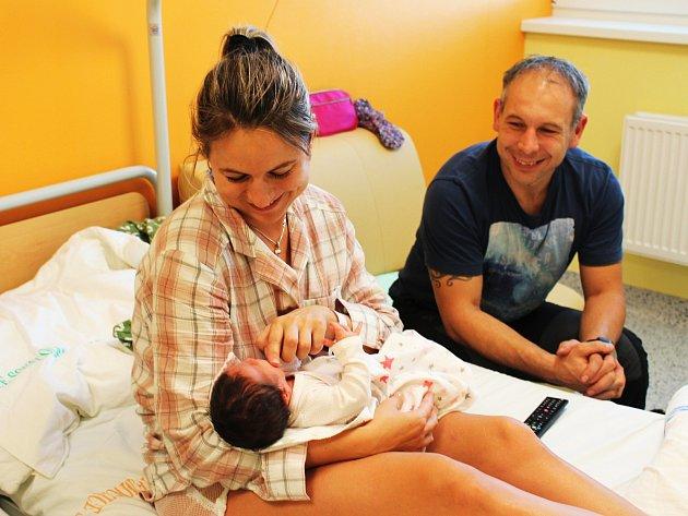 Gynekologicko-porodnické oddělení Nemocnice Sokolov prošlo rekonstrukcí, díky níž nabízí maminkám i pacientkám komfortní prostředí a služby. Na rodinném pokoji jsme zastihli jednodenní Nikolku s oběma rodiči.