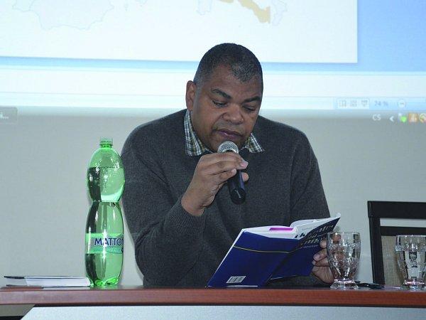 SPISOVATEL afrického původu Tomáš Zmeškal na statku Bernard.
