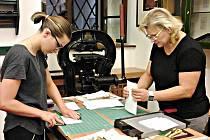 Účastnice kurzu se v nedělním dopoledni pustily do výroby zavěšované knižní vazby. Že je kurz baví, potvrdily Hana Chaloupková a její dcera Katrin Podracký z Kynšperka.