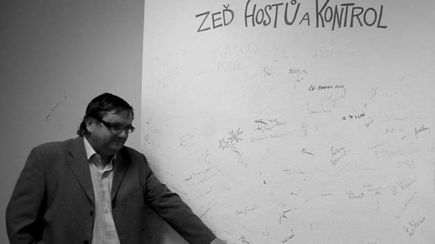 Na zeď se mohou podepsat návštěvy ředitele kynšperské základní školy Jiřího Daneše
