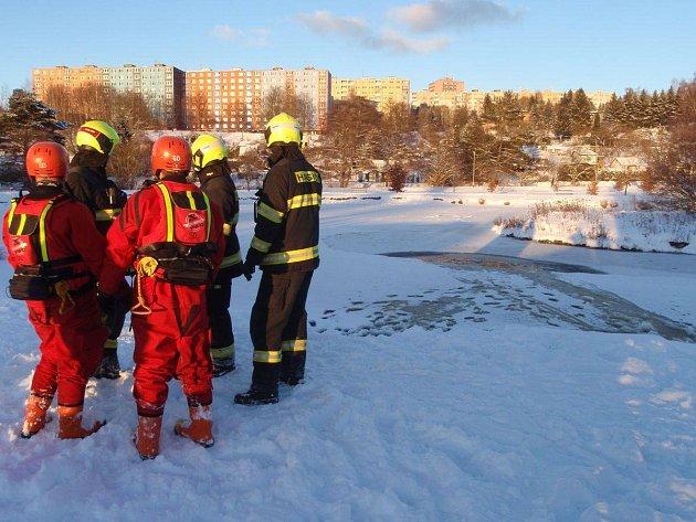 Dítě propadlo ledem v Areálu zdraví v Sokolově.