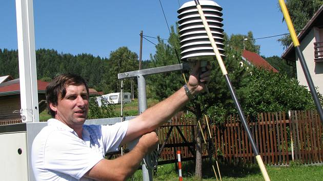 Rudolf Kovařík ve své klimatologické stanici.