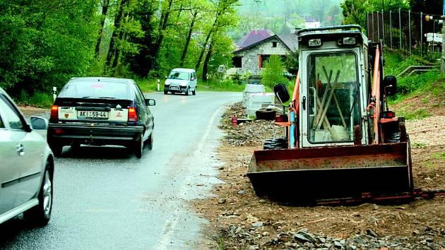 Za vyhrané peníze ze soutěže Vesnice roku opravuje Šabina chodník.