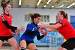 Utkání druhé ligy v házené žen, Hvězda Cheb (v modrém) - Astra Praha