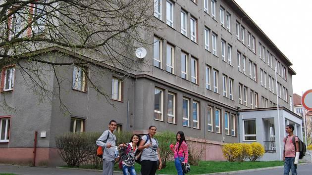 Školáci před budovou bývalé 4.ZŠ v Sokolově