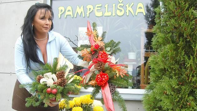 KVĚTINÁŘSTVÍ zaměstnávají jako každý rok Dušičky. Na dračku jdou klasické i speciální hřbitovní aranže. Na snímku Milena Slabochová z květinářství Pampeliška v Sokolově.