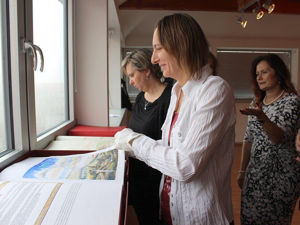 Nejlepší tři kroniky Karlovarského kraje byly oceněny na semináři kronikářů v chodovské Galerii u Vavřince.
