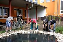 Při stavbě jezírka na pozemku ZŠ ve Švabinského ulici v Sokolově pomáhali samotní žáci