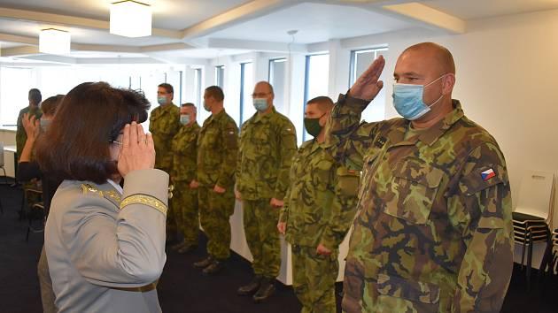 Výuku na vojenské škole v Sokolově zahájila generálka Šmerdová.