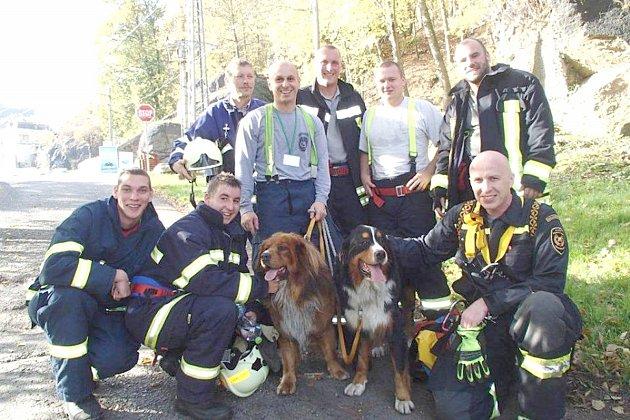 Hasiči zachránili v Lokti uvízlé psy.