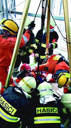 HASIČI byli přivoláni ke zraněnému dělníkovi, který vsilu spadl do hloubky patnácti metrů.