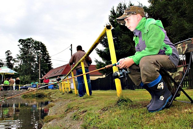 Děti ve Staré Chodovské si užily rybářské závody.