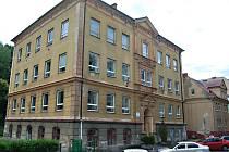 Bývalá střední škola v Kraslicích. Nyní se tam bude vyučovat praktická část.