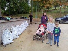 Dobrovolníci včetně školáků se pustili do úklidu městských sadů při akci Ukliďme Česko.