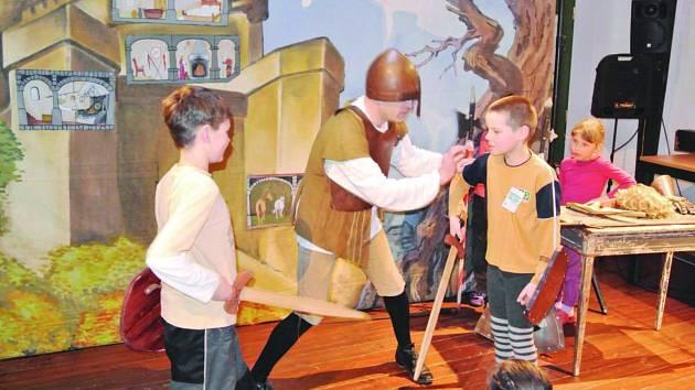 I V KNIHOVNĚ mohou děti zažít nečekaná dobrodružství. Třeba boj s mečem a štítem jako při loňské Noci s Andersenem. Letos je čeká detektivní pátrání.