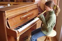 TALENT. Maruška Peterová (na snímku) zvládá hraní na klavír, flétnu, a dokonce i kytaru.