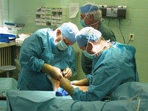 Sokolovská nemocnice zkušenými operatéry disponuje. Léčebně preventivní zařízení podnikatele Lukmanova nabízí pacientům případnou operaci v Plzni či Praze.