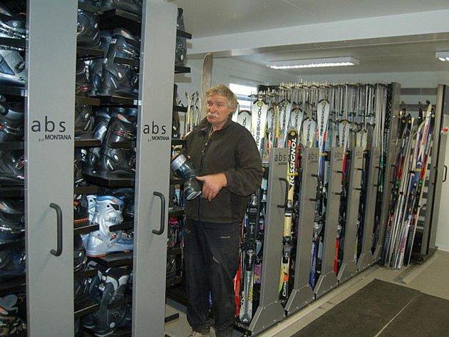 Vlekaři už zbrojí na zimu. Bublavské skicentrum (na snímku) rozšíří půjčovnu lyžařského vybavení.