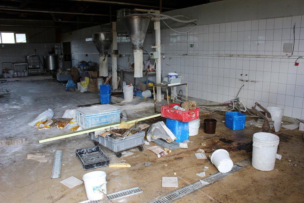 Zkrachovalou pekárnu Pekosa v Chodově zachvátil požár.