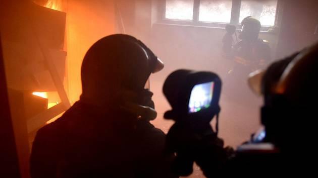 Dobrovolní hasiči cvičili v opuštěném domě v Horním Slavkově.