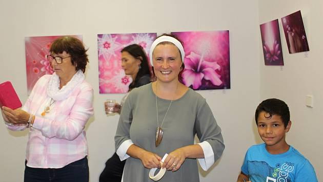 Obrázky Marie Ndolo mají duchovní podtext. Pomáhají k očištění, meditaci, pronikání energií, jsou léčivé. Už na vernisáži byl o ně velký zájem.