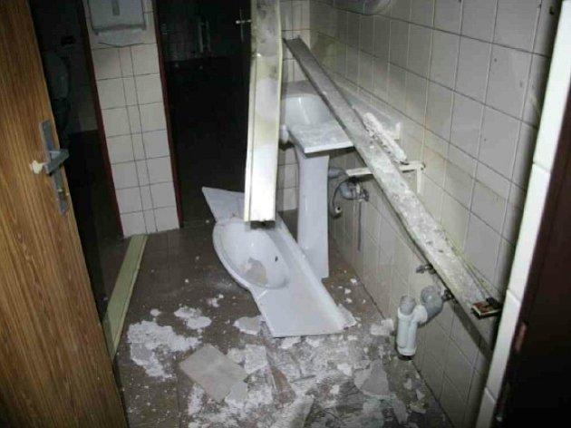 Zloději rozkradli a poničili bývalý hotel.