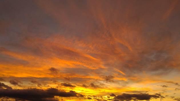 Západ slunceje každodenní sestoupeníSluncezaobzorv důsledkuzemské rotace.