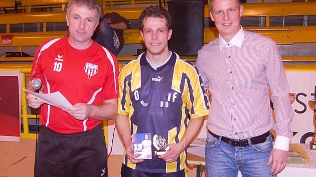 Vítěznou trofej převzali hráči Old Boys Cheb (uprostřed)