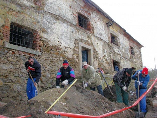 PRACOVNÍ parta se v těchto dnech zaměřuje na venkovní úpravy v okolí špejcharu.