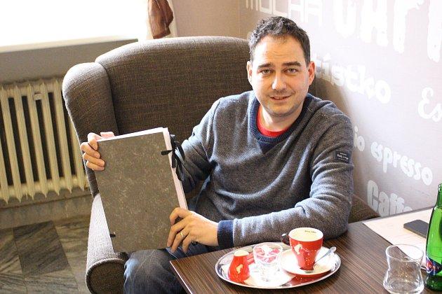 Ve čtvrtek při autorském čtení představí svou knižní prvotinu kraslický autor Milan Hloušek.