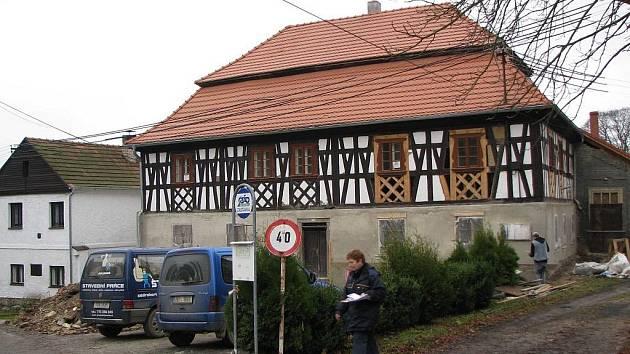 Město Březová se chce pustit do úpravy návsi v Kostelní Bříze. Jedná se o plochu mezi farou a kostelem u autobusové zastávky.