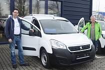 Nové auto pro rozvoz chlazených potravin a zeleniny uvítal ředitel potravinové banky kraje Milan Hloušek (vlevo).