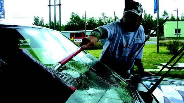 Podle dobrovolníků, kteří o víkendu myli v chodovské čerpací stanici auta za účelem charitativní akce, nebyli řidiči aut nepříjemní a někteří přispěli, aniž by jim auto umyli.
