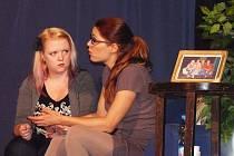 Činohra Divadla bez zákulisí je zaměřena především na hry ze současnosti, komedie i ty vážnější.